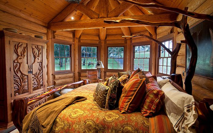 Интерьер спальни в бревенчатом доме в русском стиле