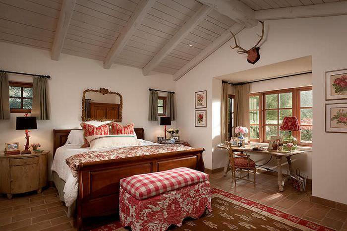 Использование красного цвета в текстиле спальной комнаты