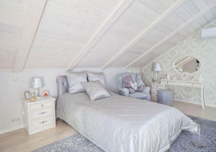 Кровать для девочки подростка в мансарде частного дома