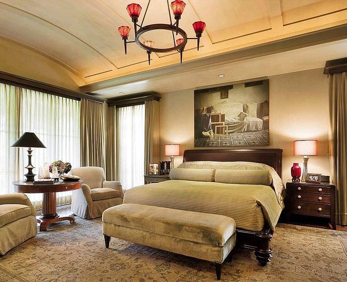 Массивная кровать в спальне немецкой стилистики