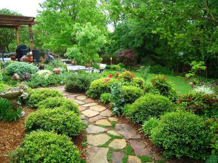 Садовая дорожка из натурального камня, ведущая к деревянной беседке