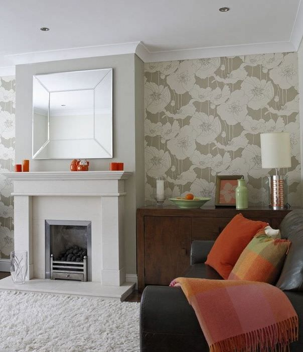 Интерьер гостиной с камином в пастельных тонах