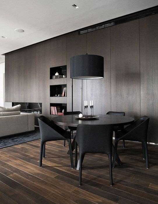 Дощатый пол в комнате с мебелью шоколадного цвета