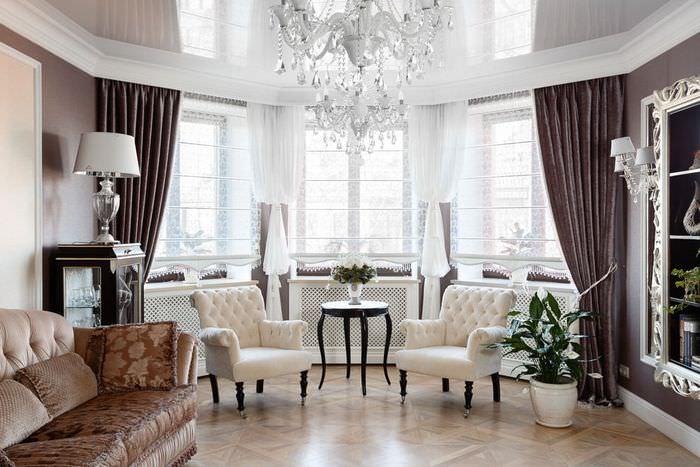 Шторы в классическом стиле гостиной загородного дома