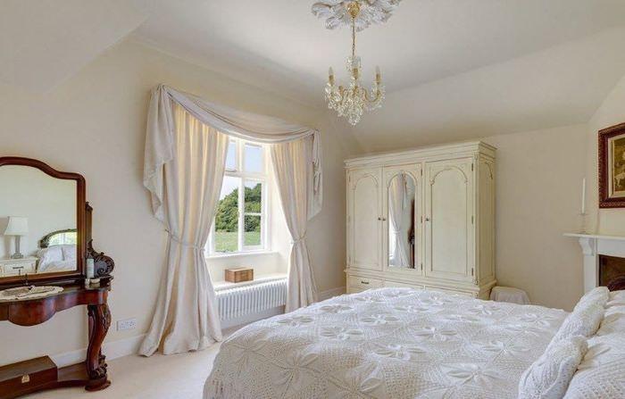 Классическая спальня в нежных кремовых оттенках