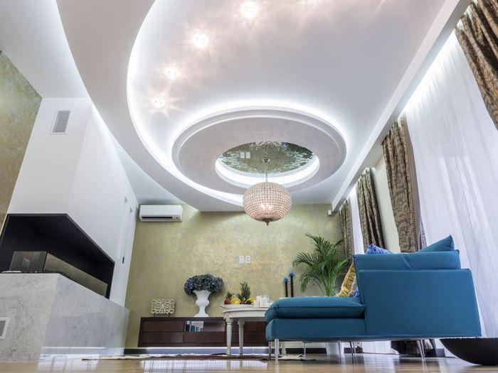 Красивая потолочная конструкция с яркой подсветкой в зале частного дома