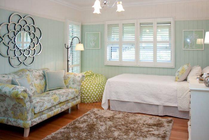 Сочетание цвета мяты с белыми тонами в интерьере жилой комнаты