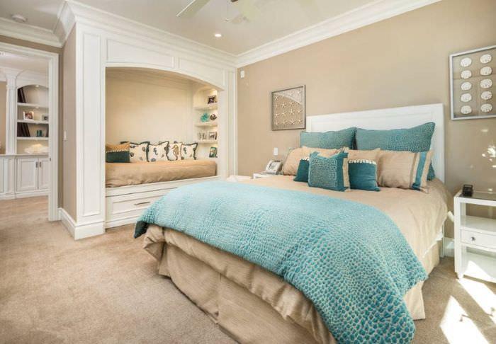 Интерьер спальни в мятных и бежевых оттенках