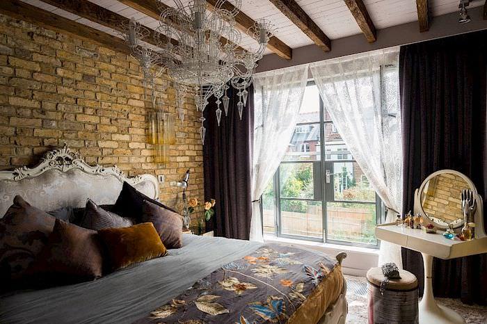 Интерьер современной спальни в смешанном стиле
