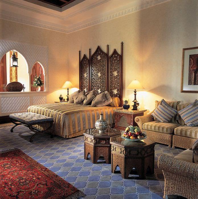 Богатая обстановка спальной комнаты в марокканском стиле