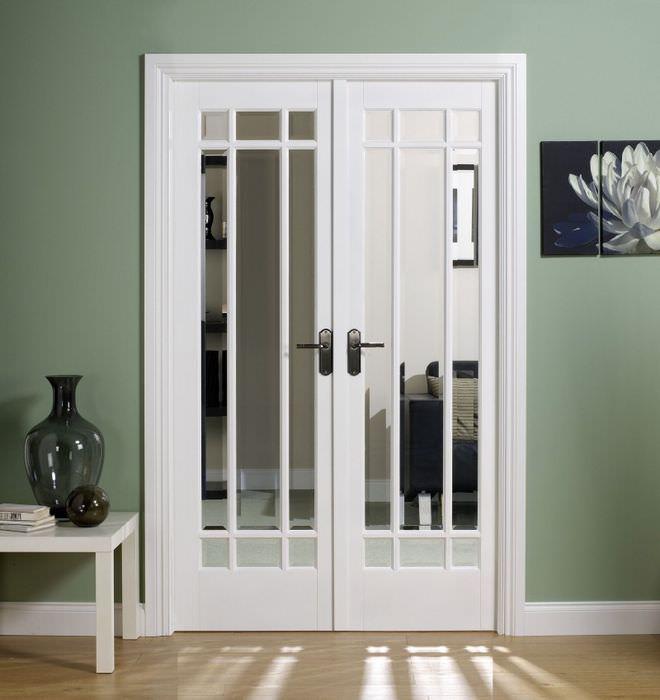 Белая двустворчатая дверь со стеклянными вставками