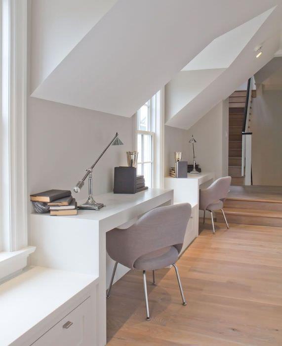 Однотонные стены и белая мебель в комнате стиля минимализма