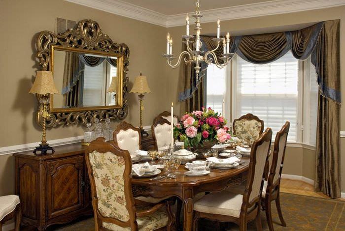 Сервировка обеденного стола на кухне в классическом стиле