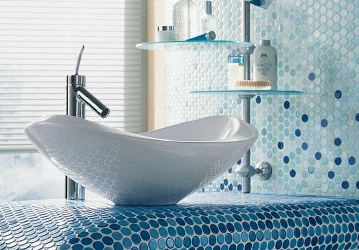 Пример отделки столешницы в ванной мозаикой круглой формы