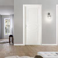 Белоснежные двери на фоне серых стен
