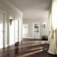 Белые шторы в светлом коридоре