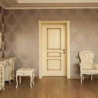 Филенчатая дверь в классическом интерьере