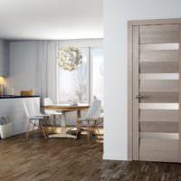 Светло-серая дверь в дизайне гостиной