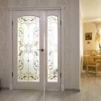 Деревянная двустворчатая дверь с витражами