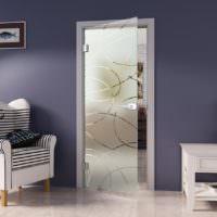 Стеклянная дверь светлого цвета