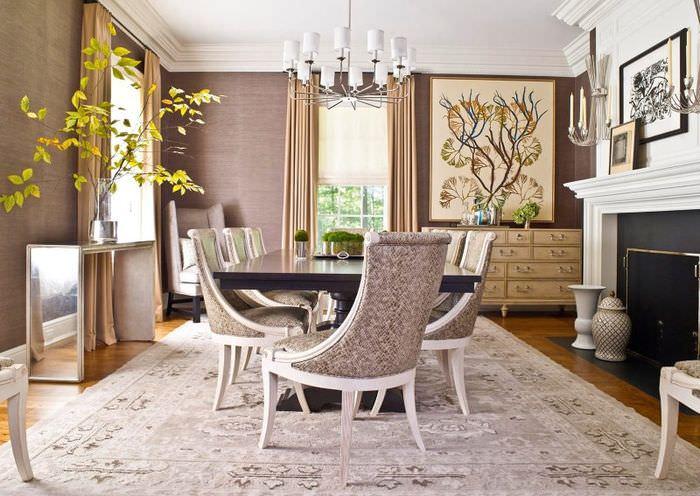 Интерьер гостиной загородного дома в светлых тонах коричневого цвета