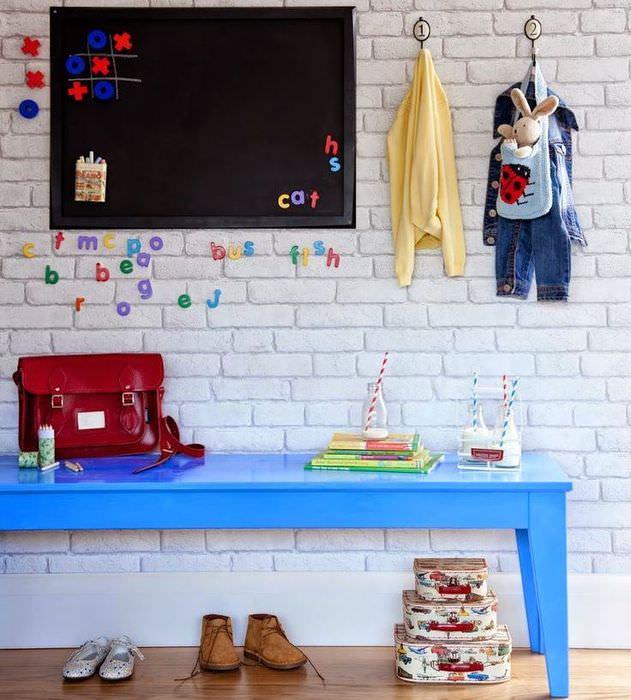 Обои под кирпич в дизайне детской комнаты