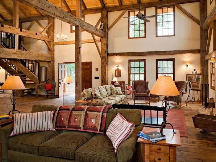 Просторная гостиная загородного дома деревенской стилистики