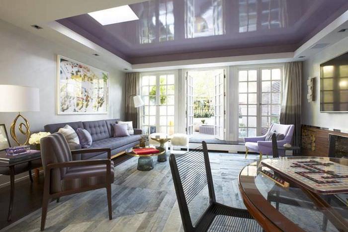 Глянцевый потолок с фиолетовым оттенком в интерьере зала