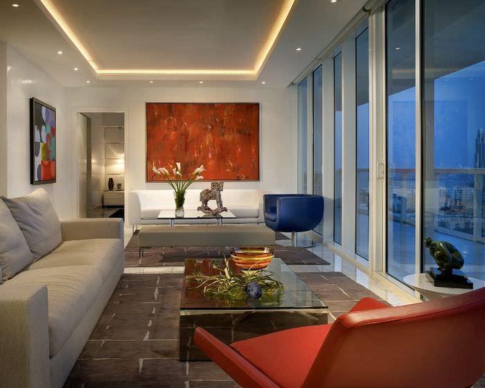 Гипсокартонный потолок с подсветкой в интерьере зала