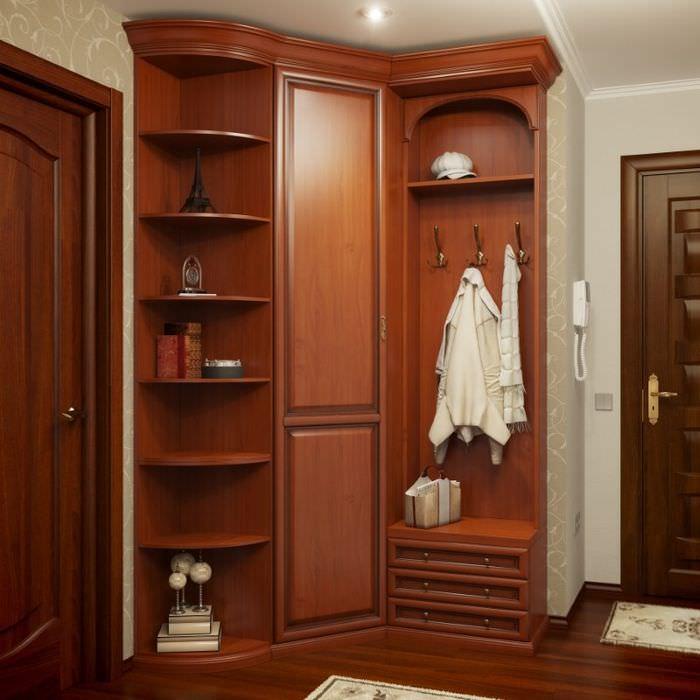 Высокий шкаф с вешалкой в угловой прихожей
