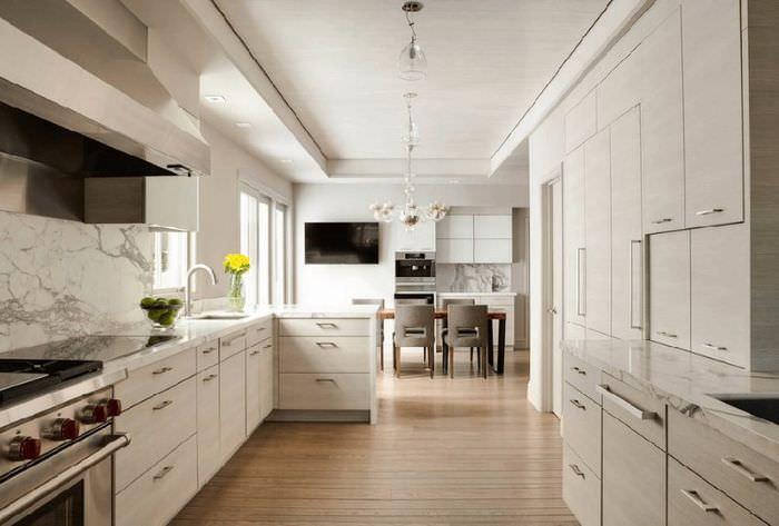Интерьер кухни частного дома в узком пространстве