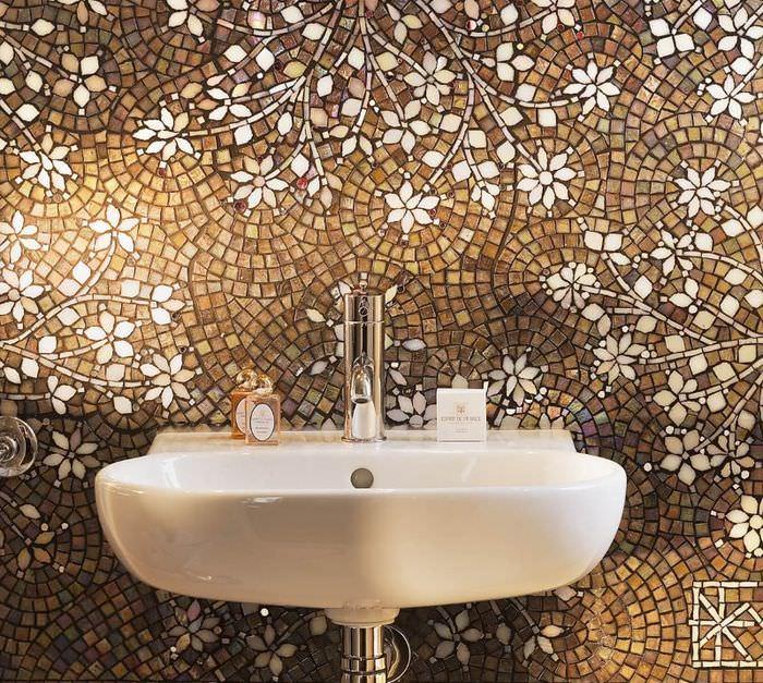 Оформление стены в ванной с помощью керамической мозаики