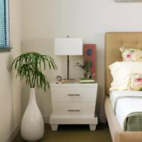 Каплевидная ваза в интерьере спальной