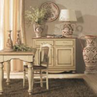 Классический интерьер с красивыми вазами