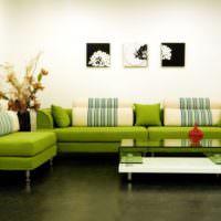 Зеленый диван в комнате с белыми стенами