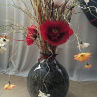 Красивые цветы в стеклянной напольной вазе