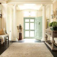Декоративная ваза около входной двери