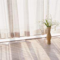 Напольная ваза около панорамного окна