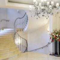 Люстра в интерьере холла частного дома