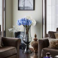Стеклянная ваза с живыми цветами
