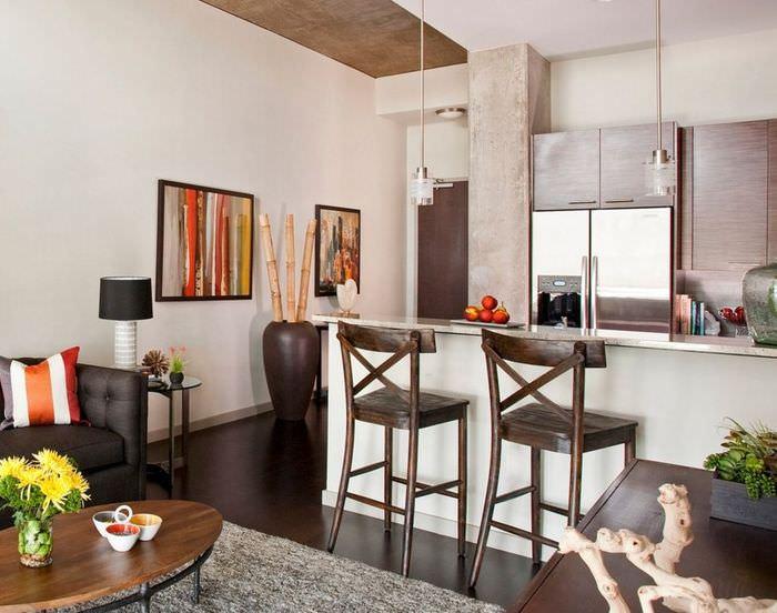 Интерьер кухни-гостиной с коричневой вазой на полу