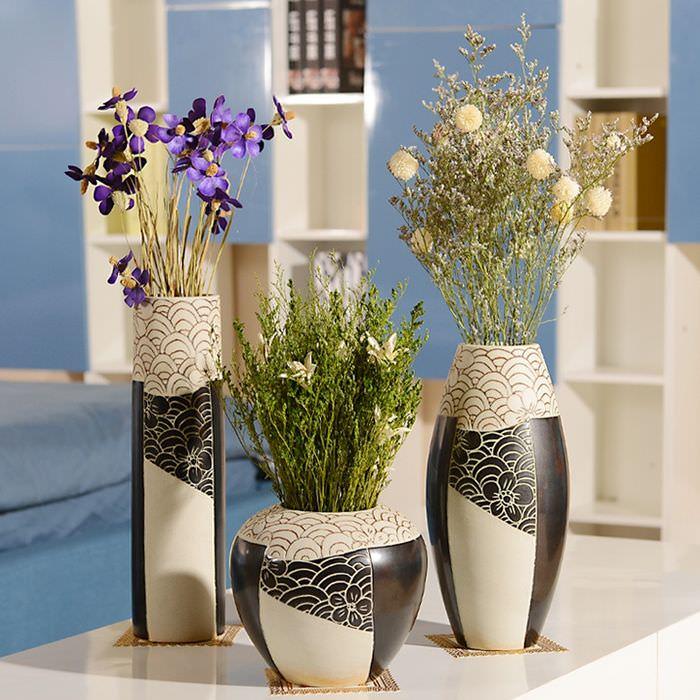 Черно-белые вазы напольного типа с растениями