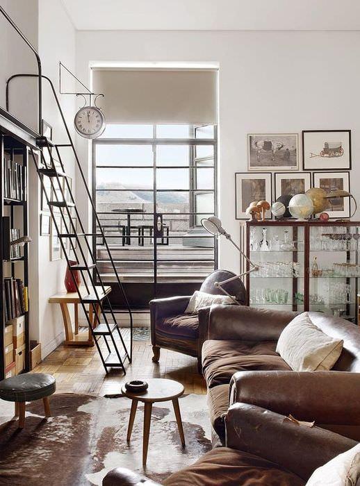 Современная гостиная с коричневым диваном