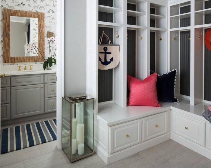 Шкафы для хранения одежды и вещей в маленькой прихожей