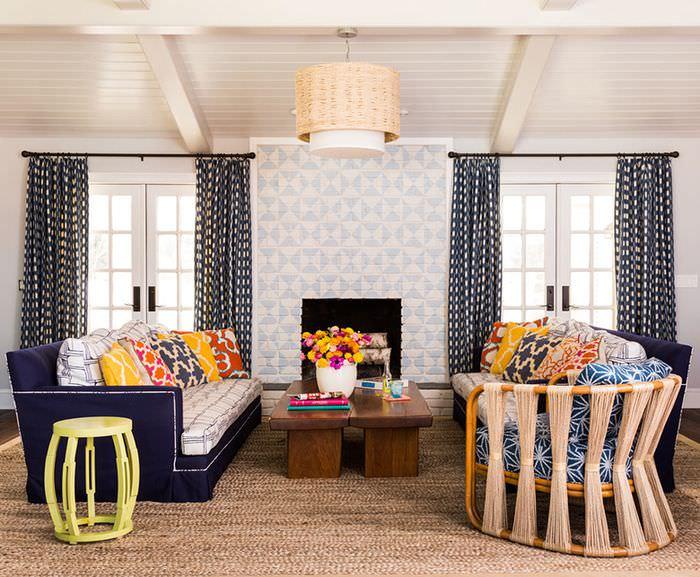Красивый интерьер гостиной с ярким цветовым оформлением