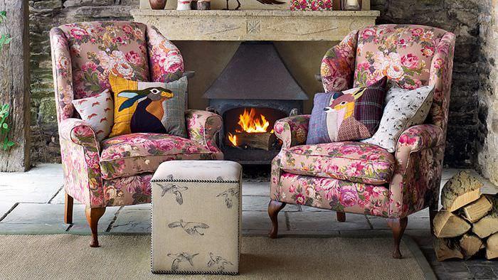 Красивые кресла в гостиной с камином