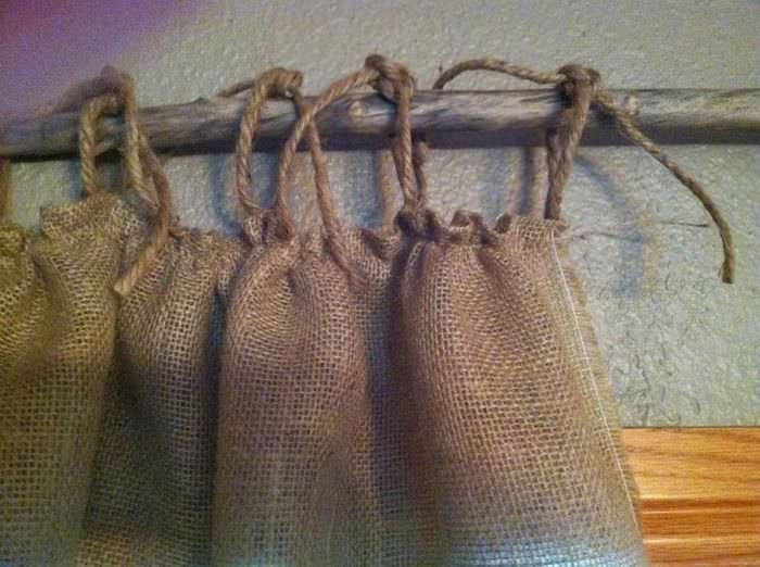 Подвеска занавесок из мешковины на веревочные петли