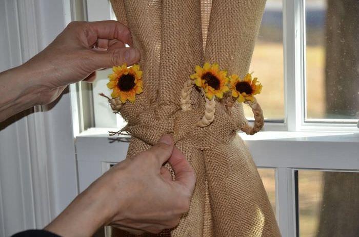 Завязка из цветов для штор из мешковины