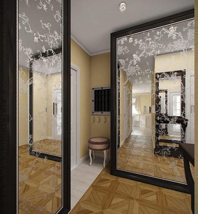 Шкафы с зеркальными дверцами в прихожей городской квартиры