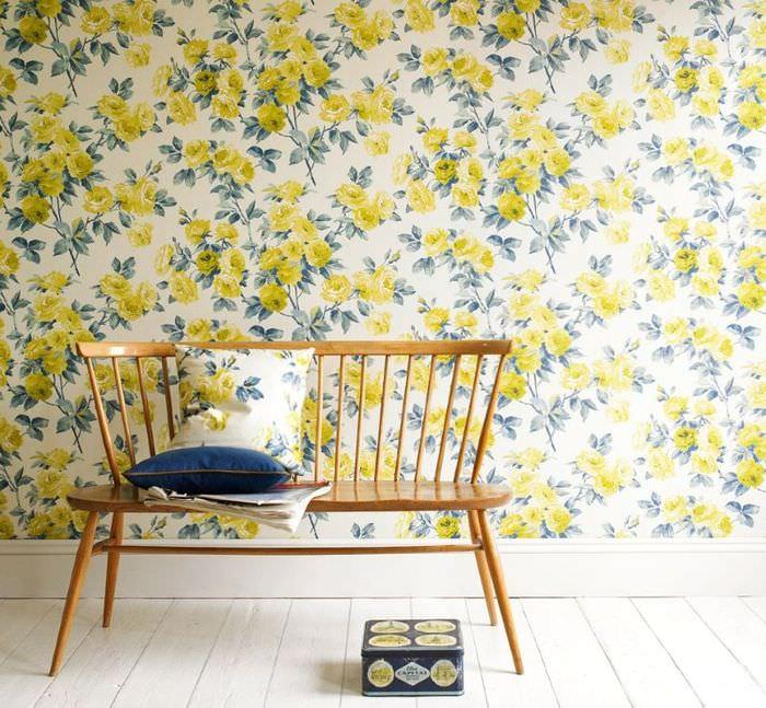 Обои с желтыми цветками на стене гостиной загородного дома